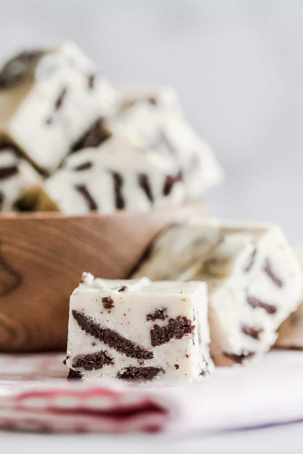 With just 4 ingredients and a few minutes, you can whip up this crowd-pleasing easy cookies and cream fudge! This easy fudge recipe is perfect for parties or a sweet edible gift.* GoodieGodmother.com