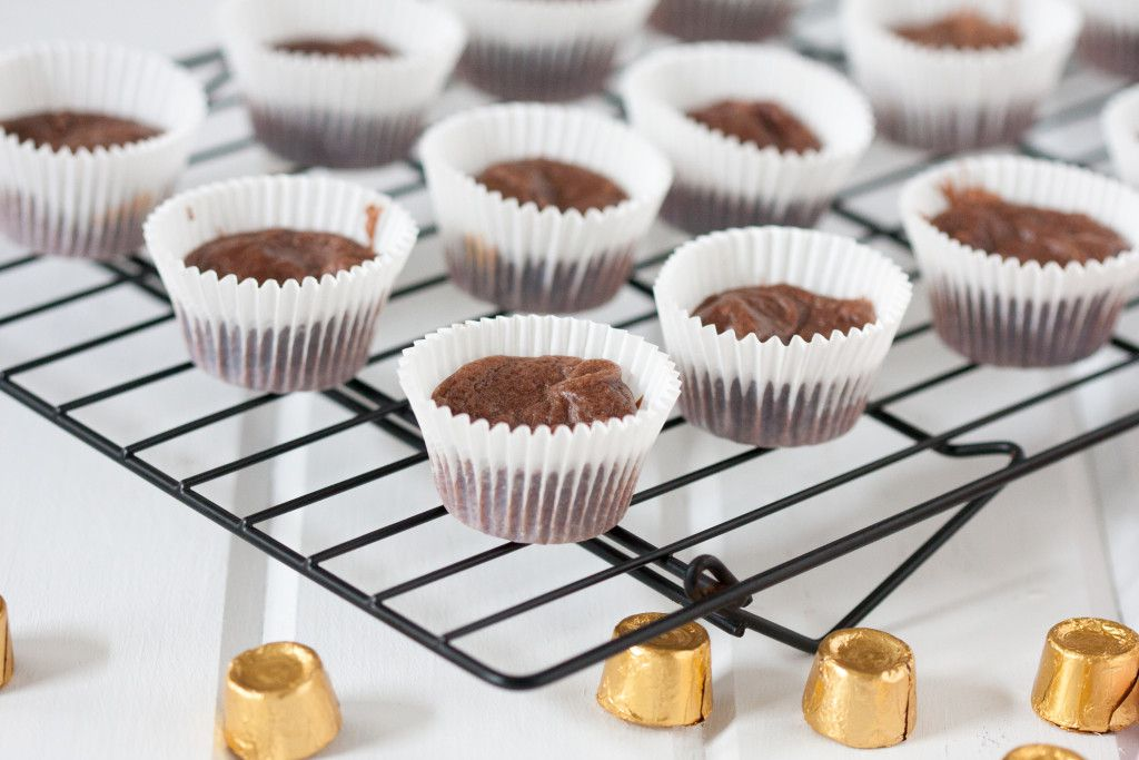 Mini Salted Caramel Rolo Brownies #brolos - Easy 1-bowl recipe to make these cute and portable mini lava cakes, brownies, whatever you want to call this deliciousness!