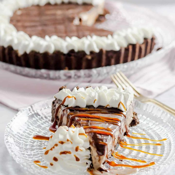 Coffee caramel ice cream pie combines all your favorite coffee shop flavors in one easy no-bake dessert. * Recipe on GoodieGodmother.com