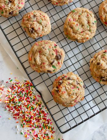 Everybody loves sprinkles! Make your next batch of cookies colorful with this funfetti chocolate chip cookies recipe! * Recipe on GoodieGodmother.com