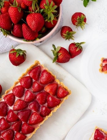 No bake white chocolate strawberry tart is a beautiful, and surprisingly easy no bake summer dessert!